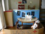 「今日はどうしました?」 レントゲンや診察券、酸素マスクを作って病院ごっこをして遊んでいます。
