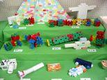 ブロックや空き箱でいろいろなものを作っています。同じものでも作る素材で形に違いが出てきます。