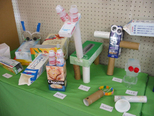 ペタペタチョキチョキ!! 空箱で動物やのりものを作る子も増えました。