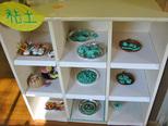 油粘土に紙粘土。丸めてのばして動物や ごちそうを作っていた子どもたちです。