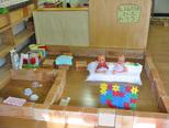 子どもたちが大型積木を使って作ったお家 ソファも作りブロックで組み立てた薄型テレビを見ています。