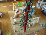 幼稚園-大きなメタセコイアがあって、木登りもできます。たか2の部屋には、クラス全員のマークもあって、お休み調べができます。