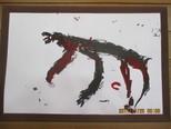 「たまごうんでんの。オスかメスかわかんない。」恐竜の絵を墨汁と絵の具でダイナミックに表現しました。
