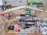 「みんなの家」・・・クラスのみんなが一緒に住んでいる家です。大きなテーブルやたくさんの布団を作りました。あそびの部屋だってあるんですよ。