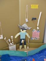 「海賊船に乗ってアザラシをつかまえるぞ!」・・・新聞紙の帽子やトイレットペーパー芯で作った双眼鏡、船のオールを手に、海賊になりきって遊んでいます。