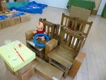 「ピーポーピーポー!けが人です!」・・・大型積み木と椅子を組み合わせて救急車を作りました。空き箱やカップ、ペットボトルキャップで作った「運転する機械」もついています。