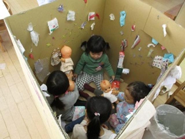 1学期から「妖怪」というテーマを通して様々なあそびを展開している子たち。画用紙や工作で妖怪を作り続けていて、妖怪の住んでいるところを自分たちで「ばっしゃんごでんだん」と名