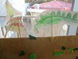 恐竜を描くことも好きでした。最初は、保育者に手伝ってもらう事が多かったですが、自分で描いていくようになりました