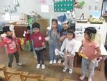 虫や動物に興味しんしんの子どもたち。自分達でクワガタやカブト虫、チーター、ライオンを作って、木やジャングル、砂漠を作ってそこで遊んでいます。