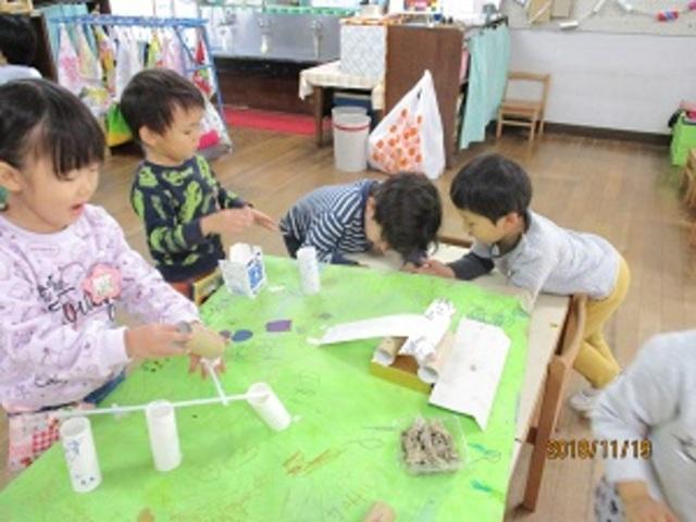 幼稚園のお外...滑り台、ぶらんこ、砂場など、子ども達が好きな幼稚園の園庭を思い思いに作り、トイレットペーパーの芯に顔を描いた人形で遊んで楽しんでいます
