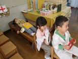 病院ごっこ...救急車を作って病院にはこびます。お母さんの出産をきっかけに入院がはじまったり、洋服にキューピーをいれての出産ごっこもはじまりました